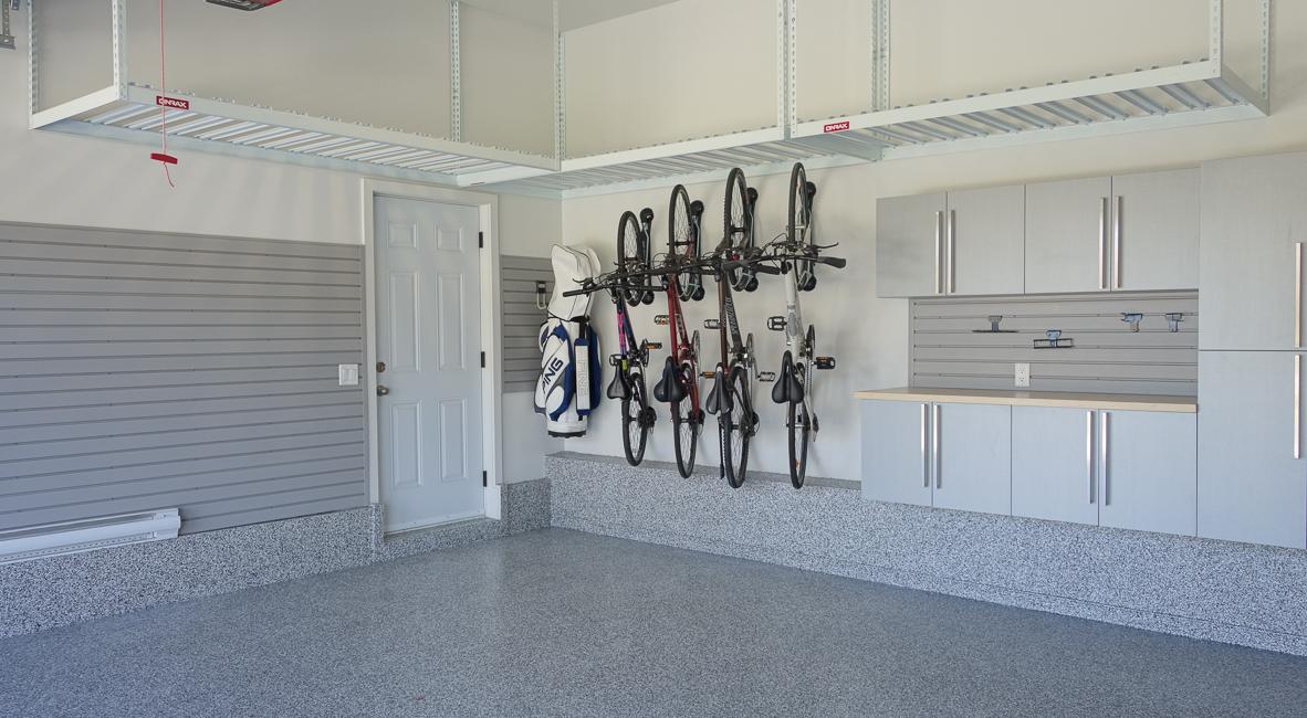 Le rangement aux murs et l'entreposage au plafond du garage